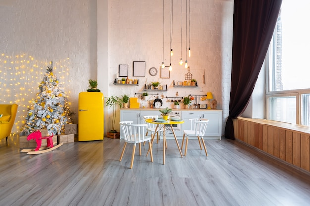 밝은 노란색 가구와 조명으로 장식 된 스튜디오 아파트의 스칸디나비아 스타일의 트렌디 한 패션 럭셔리 인테리어 디자인.
