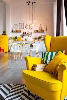 Ультрамодный роскошный дизайн интерьера в скандинавском стиле однокомнатной квартиры с ярко-желтой мебелью и украшенной подсветкой.