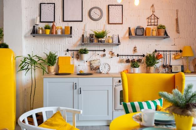 밝은 노란색 가구와 조명으로 장식 된 스튜디오 아파트의 스칸디나비아 스타일의 트렌디 한 패션 럭셔리 인테리어 디자인