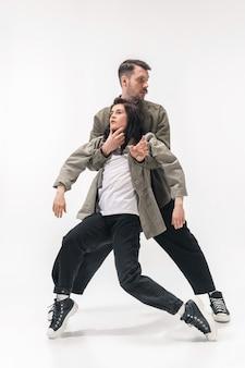 Модная модная пара, изолированные на белой стене