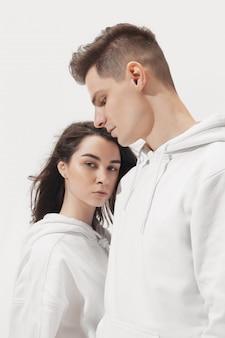 Модная модная пара позирует