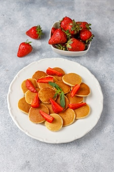 최신 유행 음식-미니 팬케이크 시리얼. 딸기와 시리얼 팬케이크의 힙