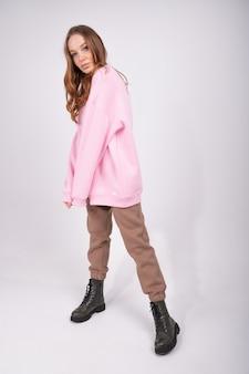 Модная девушка в повседневной пастельной одежде. привлекательная молодая женщина