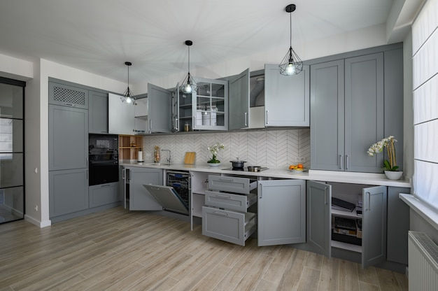 Модная серо-белая современная кухонная мебель с открытыми дверями
