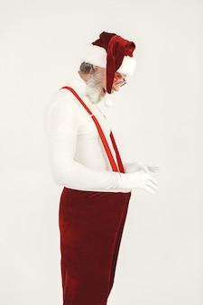 유행 회색 머리 산타. 남자는 니트 옷을 입는다. 산타의 모자에있는 할아버지.