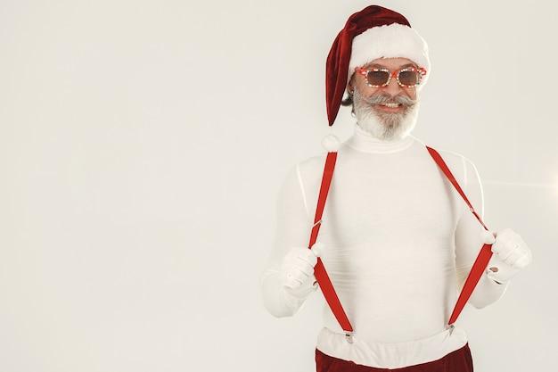Модный седой санта. мужчина носит вязаную одежду. дедушка в новогодней шапке.
