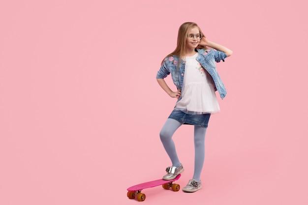 ピンクの背景に対してトレンディな少女