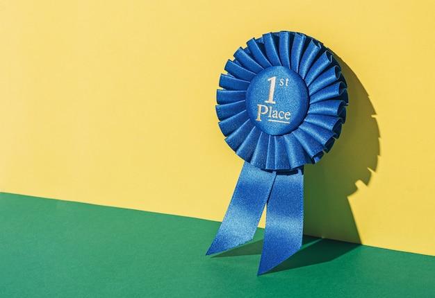 Модная минималистичная фотонаграда 1-е место на ярком жирном фоне и солнечном свете. приз чемпиона.