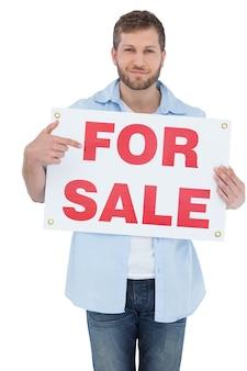 Модная модель, держащая знак продажи