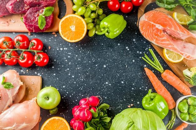 トレンディなペガンダイエット、肉、卵、魚介類、乳製品、さまざまな新鮮な野菜