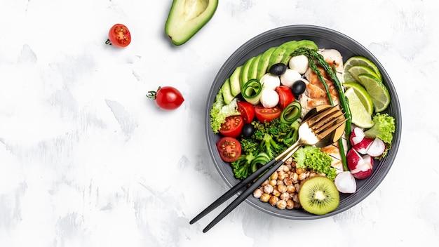 トレンディなサラダ。新鮮な野菜や果物のサラダ、ケトジェニックダイエットランチのコンセプト、バナー、テキストのメニューレシピの場所、上面図、