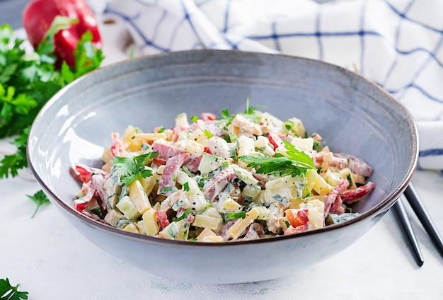 トレンディなサラダ。ハム、パプリカ、きゅうり、チーズのサラダ。健康食品、ケトン食療法、ダイエットランチのコンセプト。ケト/パレオダイエットメニュー。