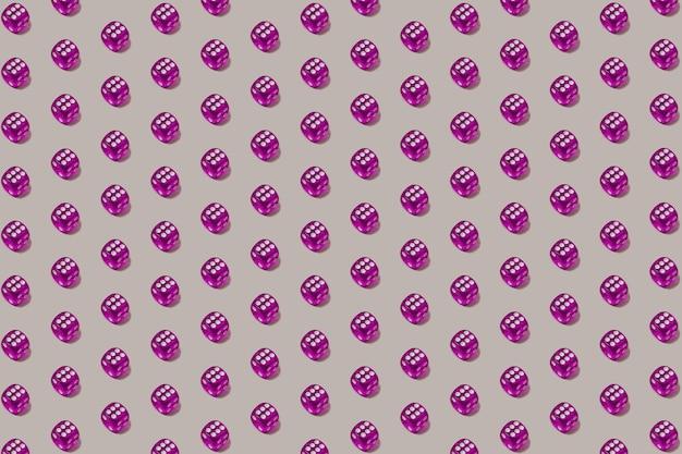 Модный бесшовный образец с фиолетовыми игральными костями на пастельно-сером фоне. удачный шанс и фон азартной игры.