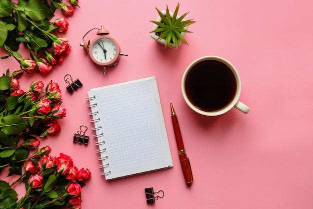 메모장 펜 알람 시계 꽃과 분홍색에 커피 한잔으로 트렌디 한 직장