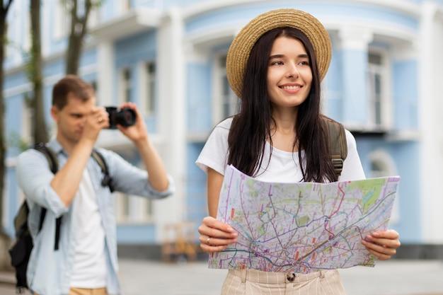 Coppia giovane alla moda che viaggiano insieme