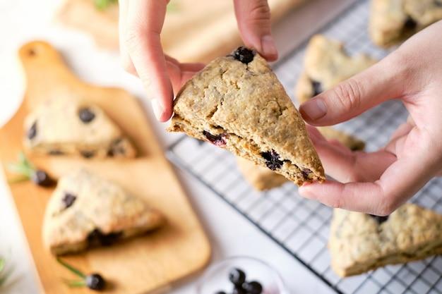Треугольник черничные булочки. традиционная британская выпечка хорошо. установить на столик в кафе.