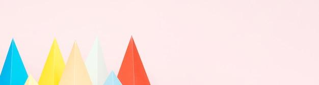 コピースペース付きの三角形の幾何学的な紙の形状パック