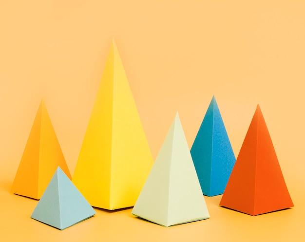 テーブルの上の三角形の紙コレクション