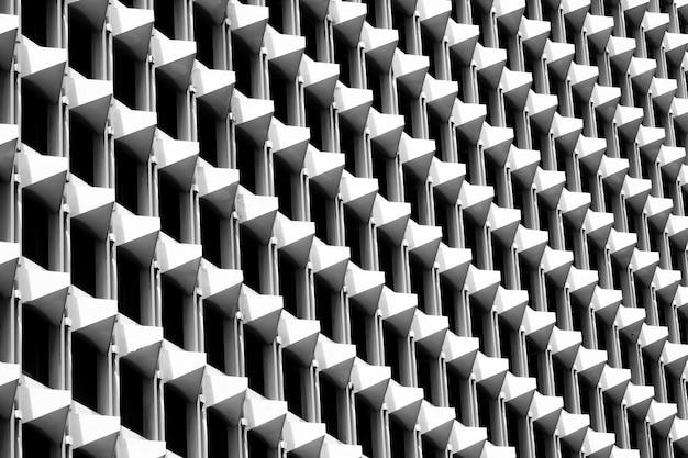 건축 형상의 삼각형 패턴입니다. 추상적 인 배경의 흑인과 백인입니다.