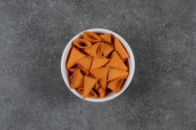 삼각형 모양의 흰색 그릇에 칩.