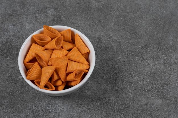 白いボウルに三角形のチップス。