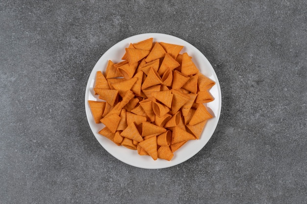 Обломоки треугольной формы на белой тарелке.