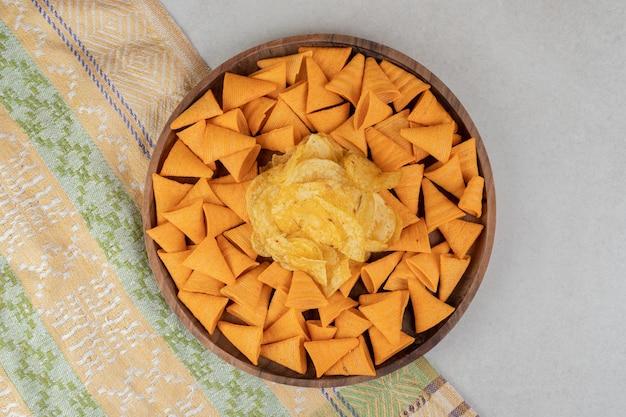 삼각형 모양의 나무 접시에 칩