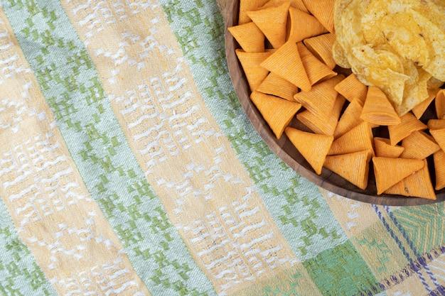 Chip a forma di triangolo sul piatto di legno