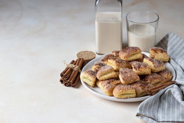 カッテージチーズのクッキーを砂糖とシナモンで三角形にします。