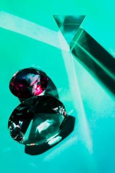 청록색 배경에 삼각형 및 원형 다이아몬드