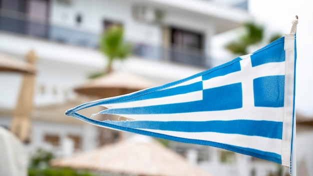 建物とギリシャの三角形の旗