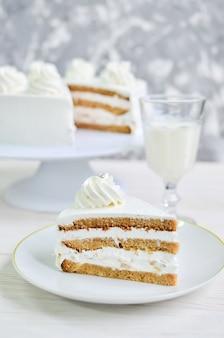 クリームピークとシルバービーズのホワイトクリームの柔らかいビスケットケーキの三角形の部分