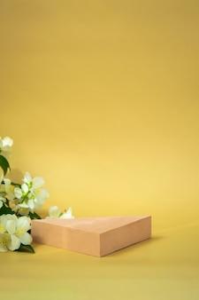 化粧品、ベージュの背景の製品、ジャスミンのデモンストレーションのための三角形の表彰台
