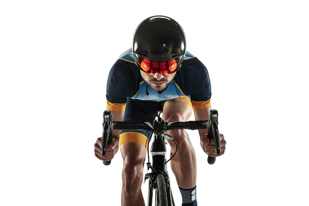 트라이애슬론 남자 선수 사이클 훈련 흰색 스튜디오 배경에 고립. 백인 맞는 철인 3종 경기 선수가 스포츠 장비를 착용하고 사이클링 연습을 하고 있습니다. 건강한 라이프 스타일, 스포츠, 액션, 모션의 개념.