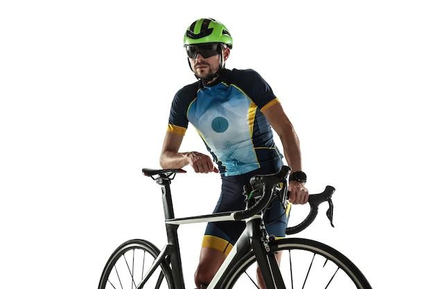 트라이애슬론 남자 선수 사이클 훈련 흰색 스튜디오 배경에 고립. 백인 맞는 철인 3종 경기 선수가 스포츠 장비를 착용하고 사이클링 연습을 합니다. 건강한 라이프 스타일, 스포츠, 액션, 모션의 개념.
