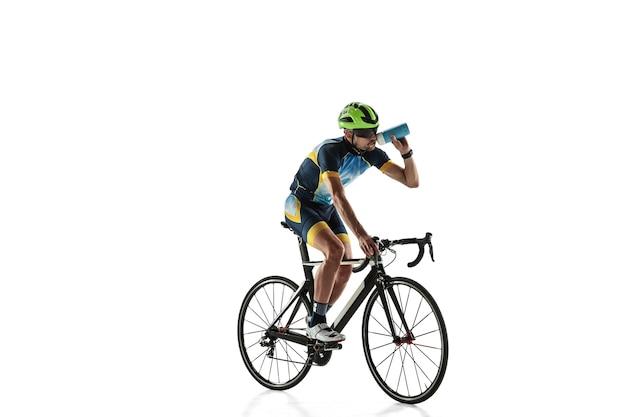 트라이 애슬론 남자 선수 사이클 훈련 흰색 스튜디오 배경에 고립