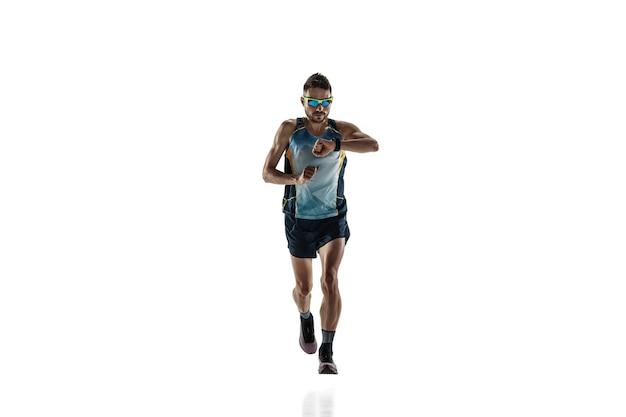 트라이애슬론 남자 선수는 흰색 스튜디오 배경에 격리되어 실행됩니다. 백인 맞는 조깅 선수, 스포츠 장비를 착용한 철인 3종 경기 선수. 건강한 라이프 스타일, 스포츠, 액션, 모션의 개념. 시간 확인.