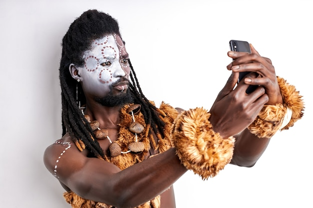 部族の男が自分撮りをする