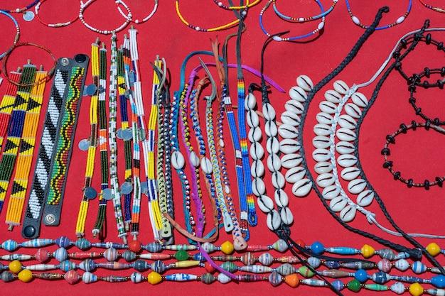 ビーチマーケットでの観光客のための販売のための部族のマサイ族のカラフルなブレスレットをクローズアップ。ザンジバル、タンザニア、アフリカの島