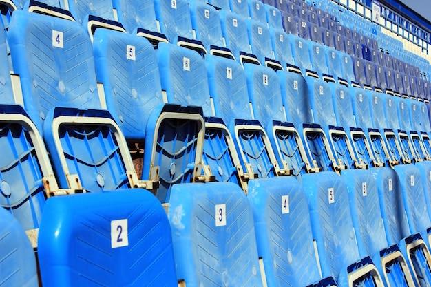 小さな古いスタジアムで折りたたみ椅子とトリビューン