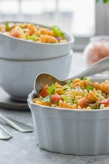 Салат из макаронных изделий триколор с овощами