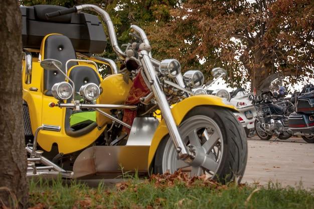 イタリアでのオートバイイベント中に展示された三輪車。