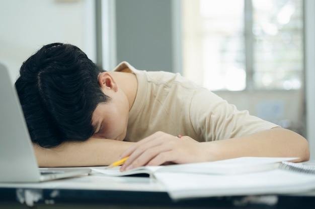 시도한 학생은 노트북으로 숙제를 하다가 잠이 들었다
