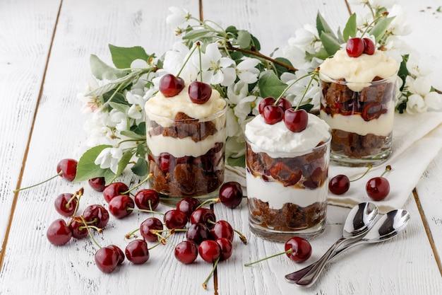 さくらんぼのフルーツを使ったささいなイギリス料理のデザート