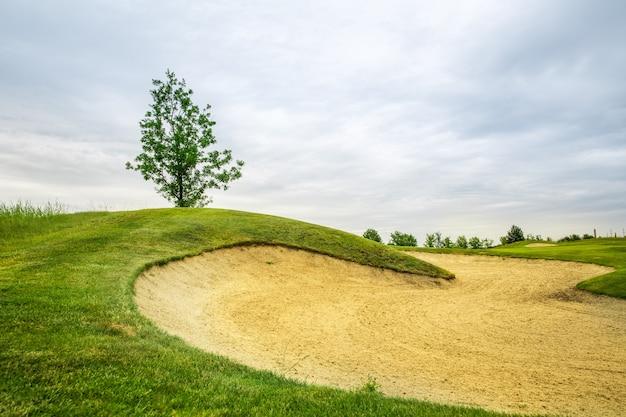 골프 코스의 다듬어 진 필드와 모래 벙커