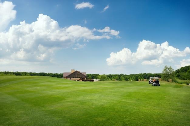 ゴルフ場のトリミングされたフィールドとサンドバンカー