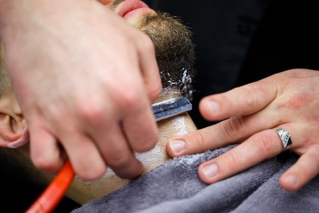 Стрижка бороды в парикмахерской мужчине