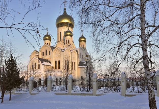 ノボシビルスクの黄金のドームの街にある三位一体の正統派ヴラジミール大聖堂が交差する