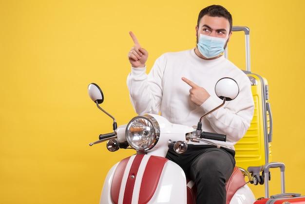 노란색에 노란색 가방에 오토바이에 앉아 의료 마스크 호기심 남자와 여행 개념