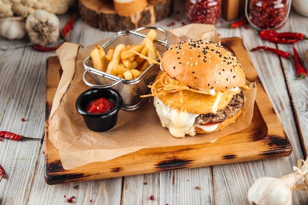 トリプルチーズバーガーとビーフパテのフライソース